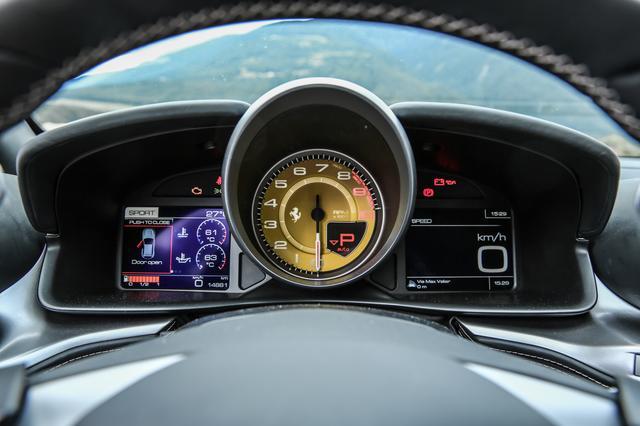 画像: 左右の5インチTFTディスプレイにはナビ画面、ビークルダイナミクスコントロール、デジタル速度計、各種メディアなどを表示。