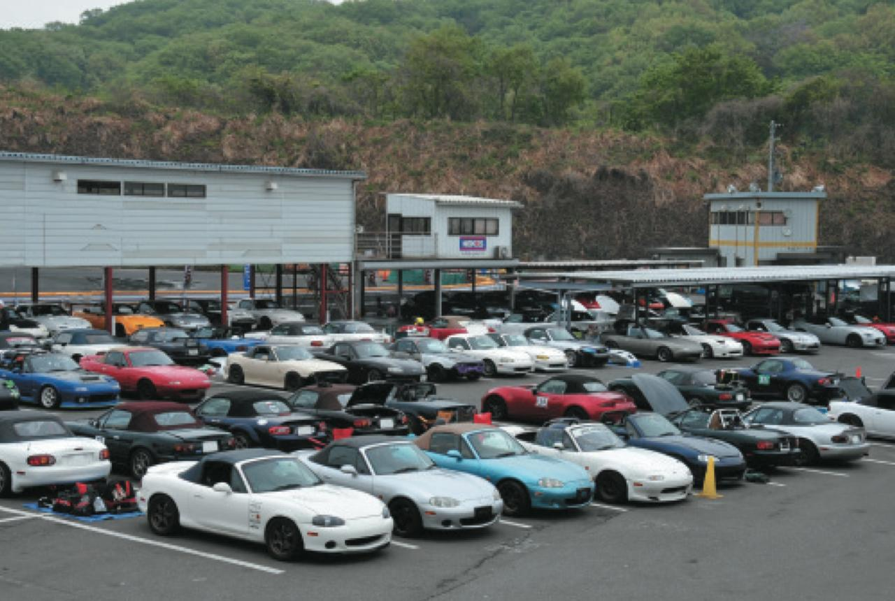 画像: ピットには初代から現行まで、4世代にわたるロードスターがずら~り。初心者からベテランまで参加。 www.motormagazine.co.jp