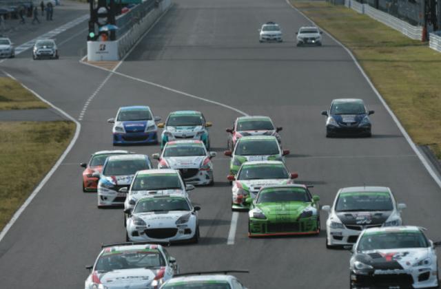 画像: 第3戦鈴鹿は初めての試みとして土曜夕方に「セカンドチャンス」を実施。2台のロードスターも出走。 www.motormagazine.co.jp