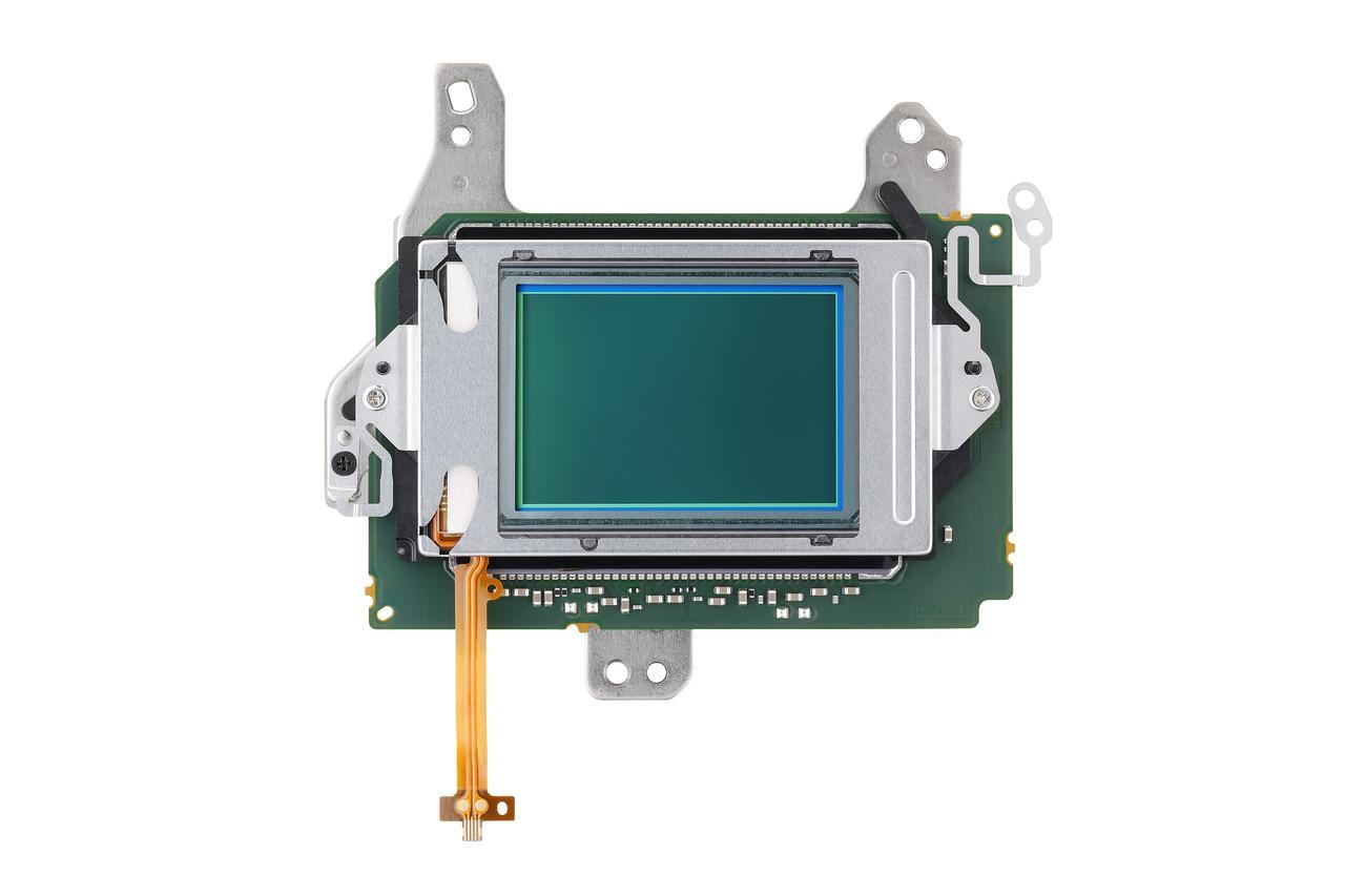 画像: EOS 5D MarkⅣの35mmフルサイズCMOSセンサー(有効画素約3040万画素)とAFセンサーユニット。有効画素数を約3040万画素という設定は高画質とハンドリングの良さを両立させたスマートな選択だ。