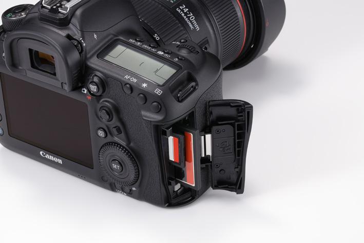 画像: 記録メディアは2つのスロットを採用。写真右側(奥)のCFカード(タイプⅠ準拠、UDMAモード7対応)、そして手前側のSD/SDHC/SDXCメモリーカードはUHS-Ⅰカード対応だ。