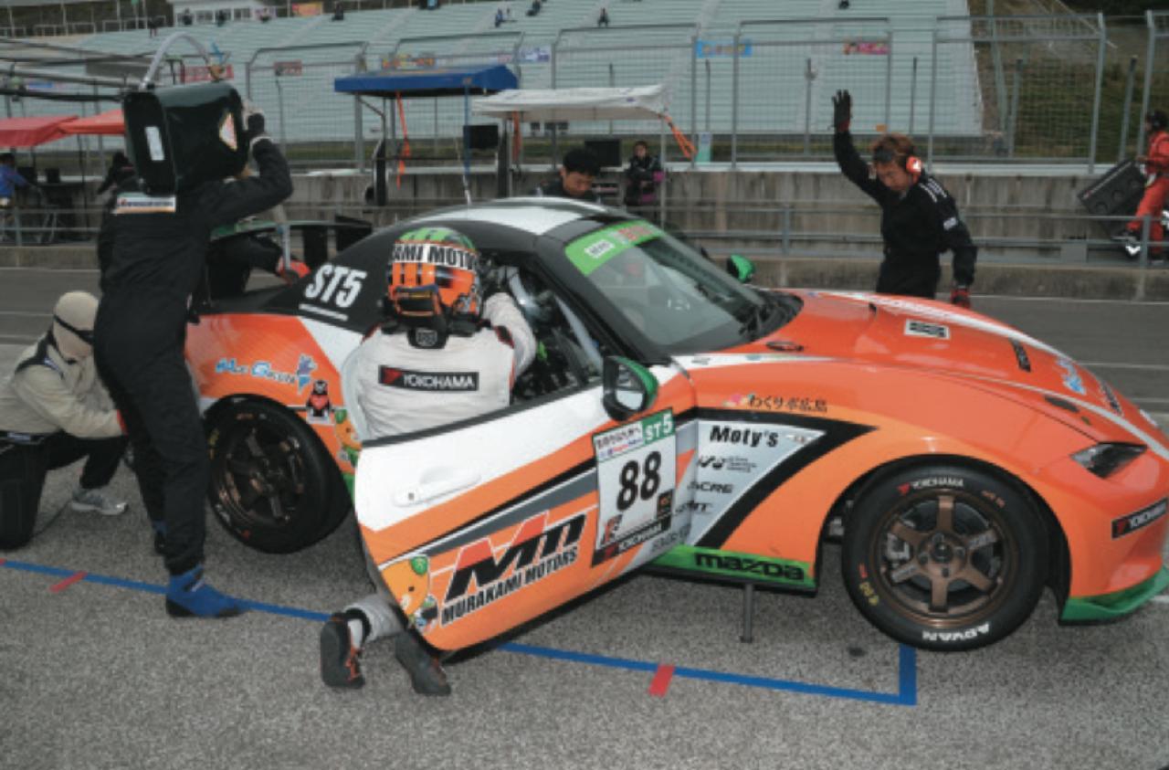 画像: ST-5クラスの給油は20ℓまでで、しかも携行缶しか使えない。タイヤ交換は全クラス2名しか作業できない。 www.motormagazine.co.jp