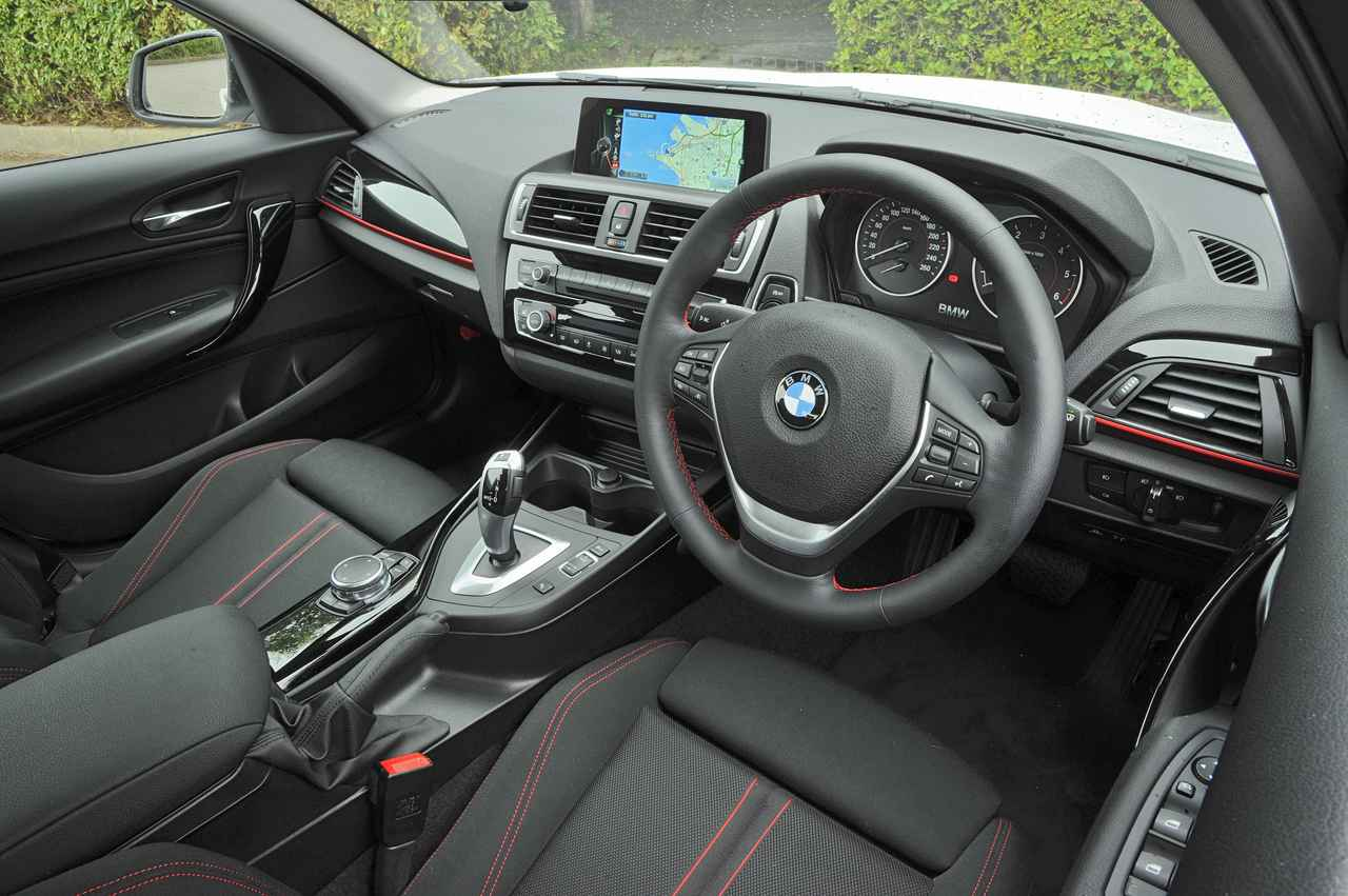 画像: BMWらしいコクピット感覚にあふれるインパネまわり。随所に赤いステッチが入りスポーティな印象だ。