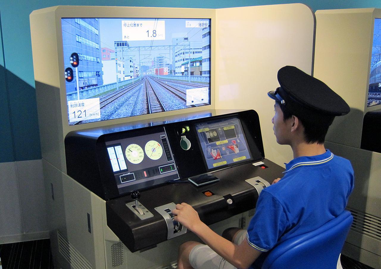 画像: JRの運転士が実際に訓練で使うシミュレーターも体験可能。希望者多数の場合は抽選となる。