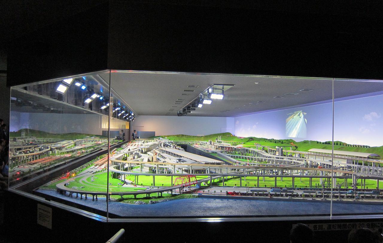 画像: 日本最大級の巨大な鉄道ジオラマも必見。1日に何回か運転するが、先着順で見ることができる。