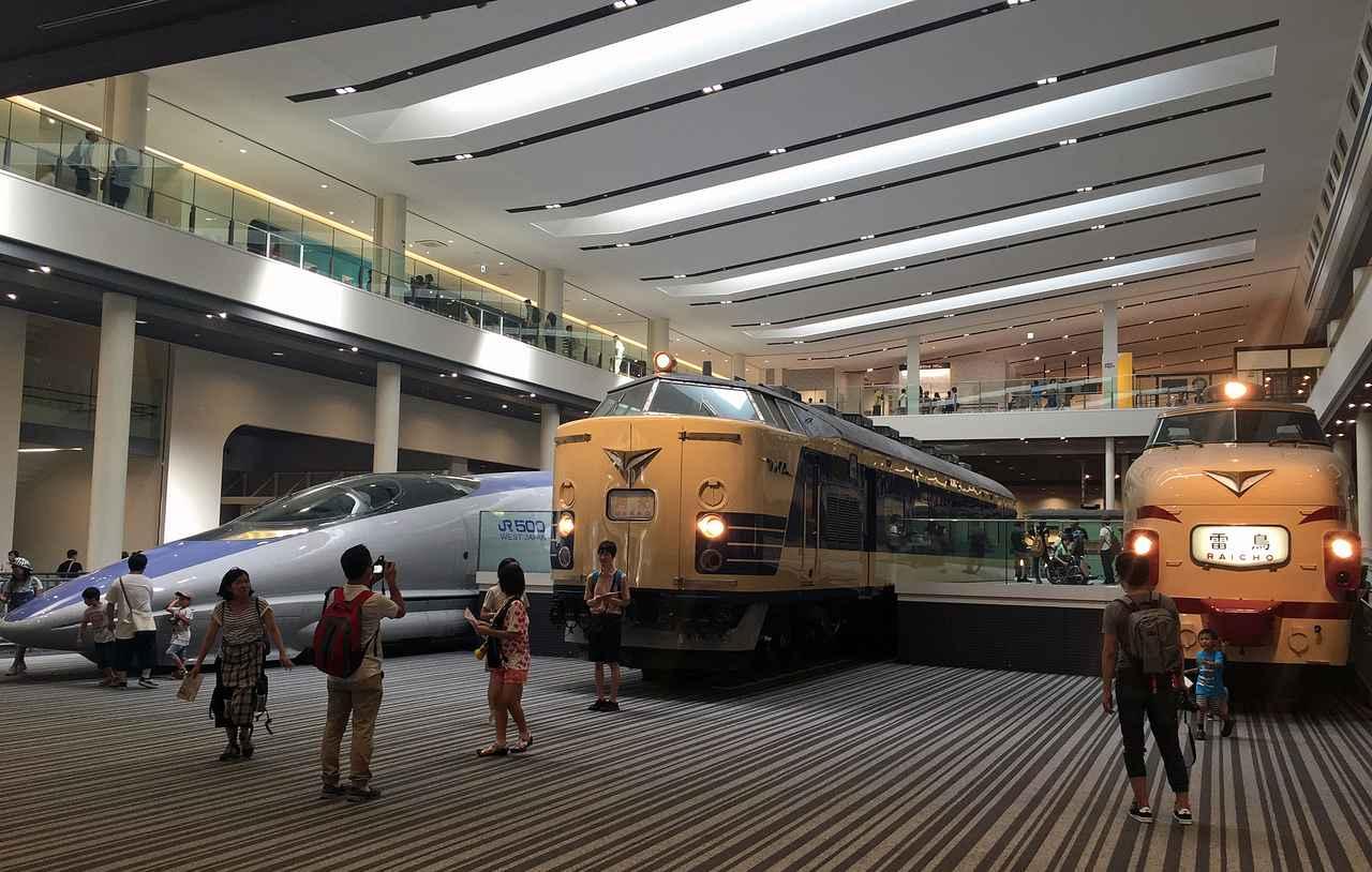 画像: 本館に入ると、500系新幹線や特急電車に迎えられる。ほとんどの人が記念写真を撮っていく。