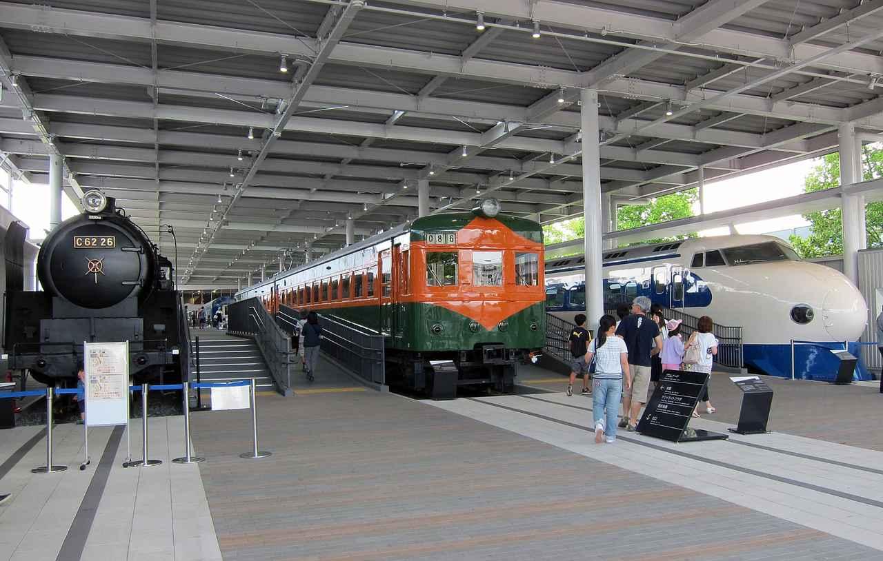 画像: 駅のプラットホームを模したスペースに並ぶ、左からC62形蒸気機関車、80系電車、0系新幹線。