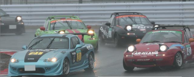 画像: 4月2日の開幕戦はご覧のような激しい雨。NゼロとN1が初めて混走となり、昨年までの両者の間をとって9周で決勝が行われた。 www.motormagazine.co.jp