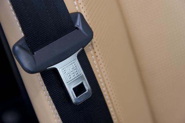 画像: ボルボXC90のシートベルトに刻まれる「1959」の文字。これはボルボが3点式シートベルトを発明した年だ。