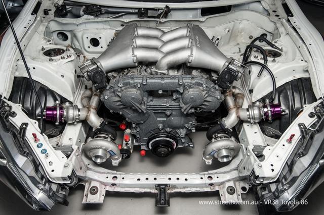 画像: キレイに収まっているGT-RのVR38DETT型エンジン。ノーマルでも500馬力を優に超えるのに…。