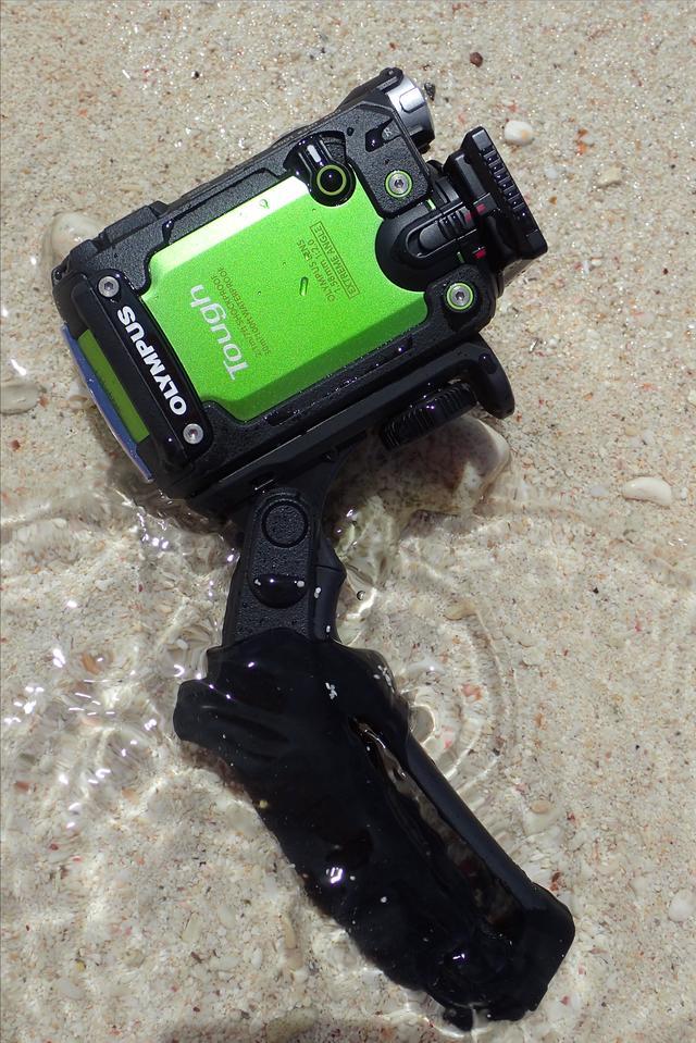 画像: 同梱のステディグリップSG-T01を装着した状態。これで水中でもグッと撮影しやすくなる。撮影・水咲奈々