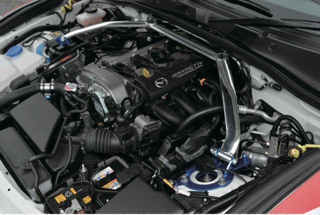 画像: フロントストラットバーはバルクヘッドと左右ストラットハウストップを連結。エンジンルームのねじれを上側で規制してくれる。もちろ ん無加工での装着が可能だ。 www.motormagazine.co.jp
