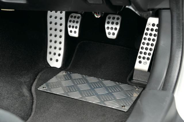 画像: フロアマット上にあるのはヒールプレートで、税抜価格6500円。アクセントにもなってインテリアをスパルタンなイメージにしてくれる。 www.motormagazine.co.jp