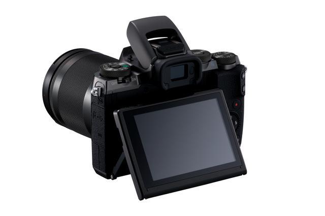 画像: 液晶モニターは可動式を採用。ローアングル、ハイアングル撮影時に重宝するだろう。内蔵ストロボをポップアップさせている。