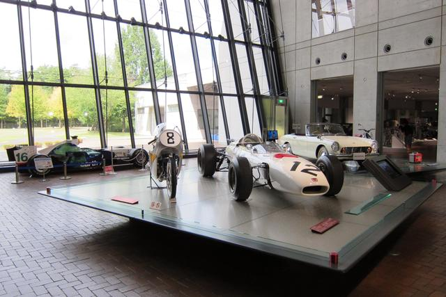 画像: ホンダ コレクションホールの正面ロビーには、ホンダの歴史を語る作品が並ぶ。