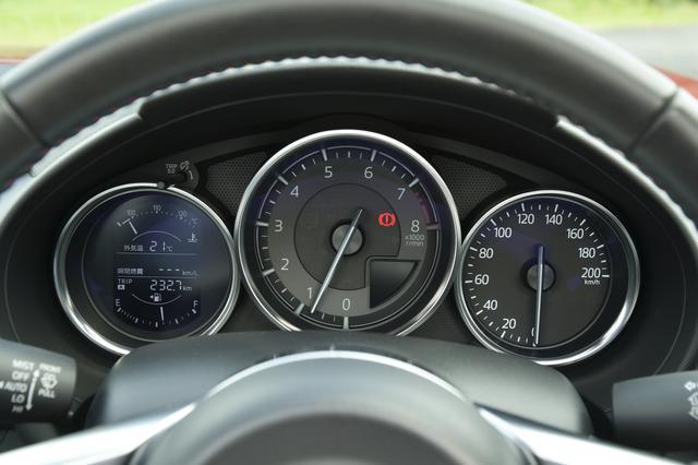 画像: 中央にタコメーター、その右横に200km/hまで刻まれるスピードメーターを配置。3眼のすべてにクロームリングが付く。