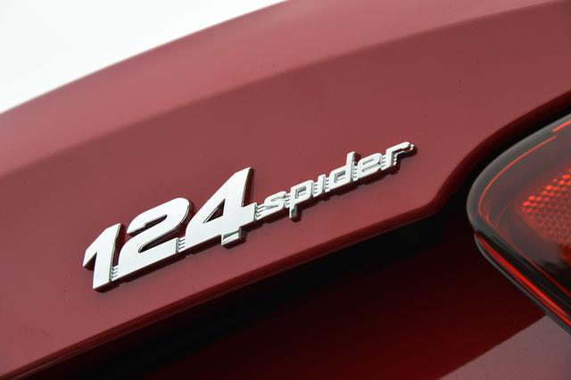 画像: アバルト124スパイダーは1960年代に多くの人を魅了したオリジナルの「124スパイダー」のオマージュとして現代に蘇った。