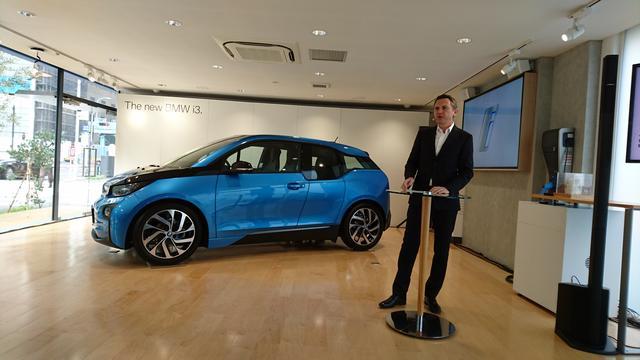画像: 新型BMW i3を発表するBMWのペーター・クロンシュナーブル社長。