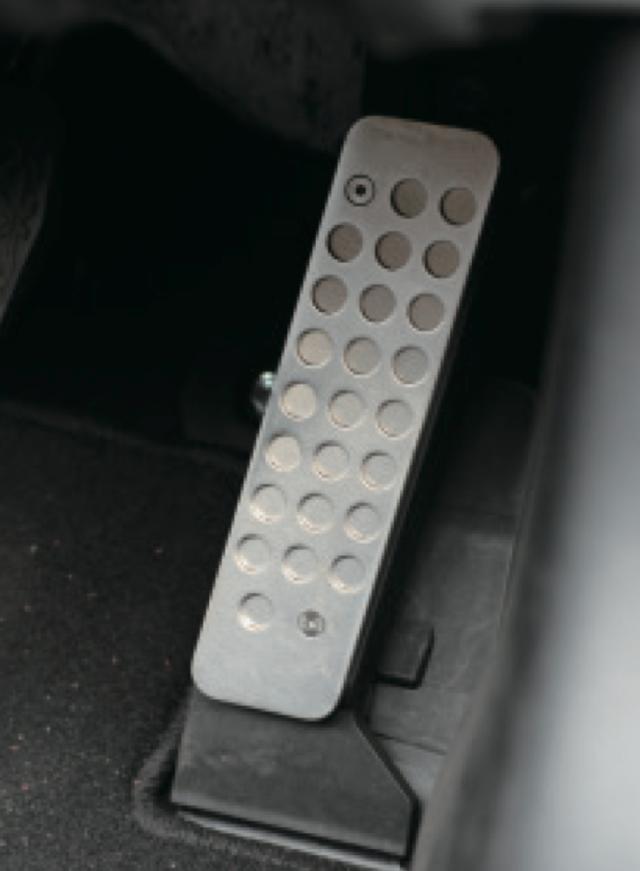 画像: アクセルペダルの高さ調整が可能な厚底A。3/5/6/8㎜とペダルをかさ上げできる大人のためのスマート・ストイックなスポーツカーにフィットしたドラポジを実現。 www.motormagazine.co.jp