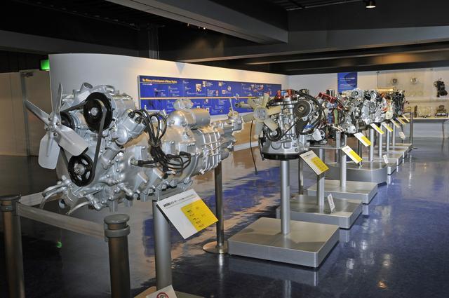 画像: ズラリと並んだロータリーエンジンの単体。787Bに搭載されている4ローターエンジンの単体を見られるのは、おそらくここだけだろう。