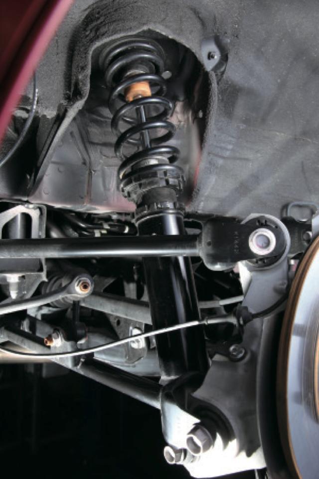 画像2: 自慢のサスペンションのコンセプトは、軽快にコーナーを駆け抜けること。全長調整式で減衰は街乗りから対応できる段式、専用ピロアッパーを装備する。 www.motormagazine.co.jp
