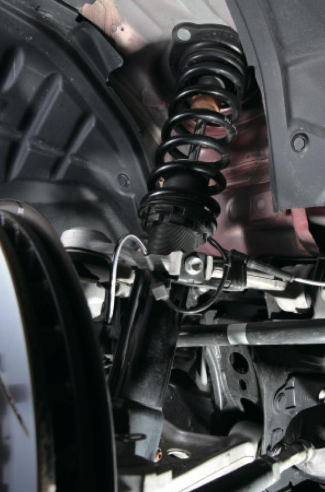 画像1: 自慢のサスペンションのコンセプトは、軽快にコーナーを駆け抜けること。全長調整式で減衰は街乗りから対応できる段式、専用ピロアッパーを装備する。 www.motormagazine.co.jp