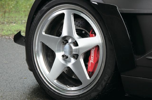 画像: 妥協なく機能美を求めて生み出したオリジナルホイールがA-0815。鍛造2ピースに構造で軽量かつ強靱なアイテムとなっている。 www.motormagazine.co.jp