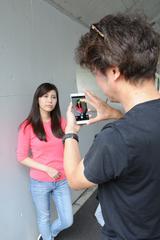 画像: 実写テスト中の河田一規さん。カメラ雑誌でも、いよいよスマホのカメラ性能を検証する時代に…。