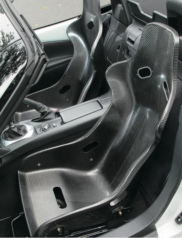 画像: オリジナルドライカーボンシートは、表地やクッションもないスパルタンなモデル。1脚の重量はたったの3㎏。 とにかく軽くしたいときの切り札。 www.motormagazine.co.jp
