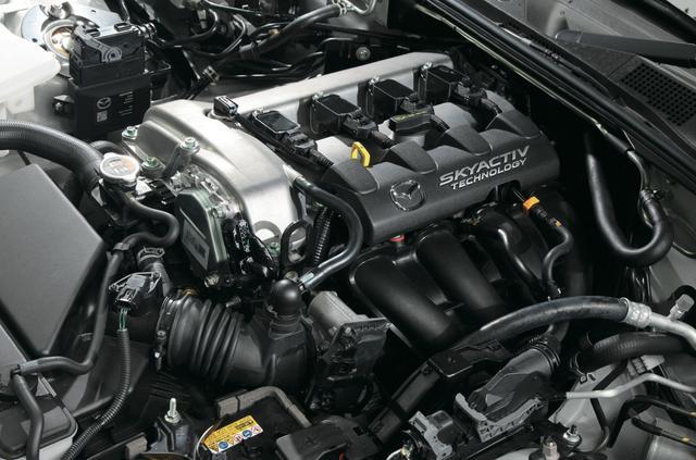 画像: SKYACTIV-G1.5のP5型からSKYACTIV-G2.0のPE型に換装。出力は131psから160ps、トルクも15.3㎏mから20.5㎏mへ大幅に拡大。 なお、換装には2ℓ用エキマニが必要となり、ワンオフで製作した。 www.motormagazine.co.jp