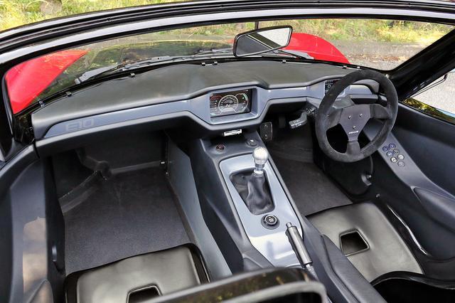 画像: コクピットはシンプルだが、思ったより狭くない。ステアリングはレーシングカー的に脱着可能。運転席右のアームレストにライトやワイパーなどのスイッチがある。