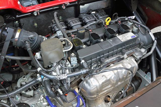 画像: 専用チューンを施され、200ps/210Nmを発生するフォード製の2L直4DOHCを横置きミッドシップマウント。これに6速マニュアルミッションを組み合わせる。