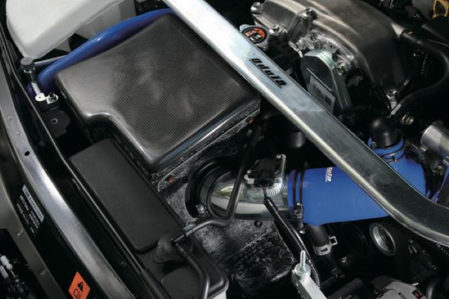 画像: 吸気温度の安定を図るため、高効率のクリーナーと専用ボックスで構成するレーシングラムエアボックス。大幅容量アップで、トルクの向上を実現する。 www.motormagazine.co.jp