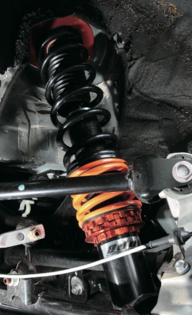 """画像2: 低価格を実現しながら、細部までこだわり抜いたオリジナル車高調の""""蹴脚""""。バネレートはフロント5㎏/㎜、リア3㎏/㎜に設定し、リアにはテンダースプリングを採用する。 www.motormagazine.co.jp"""