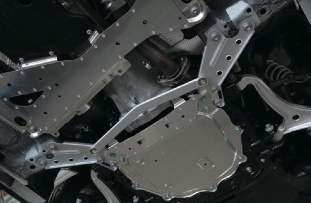 画像: フロントメンバープレート&フロントロアブレスバー 価格:1万5000円(税抜)/1万円(税抜) ハンドリングのリニアさはフロントの剛性がキモ。最低地上高に配慮しつつメンバー補強とロアブレスの追加で高い旋回性を生み出し た。 www.motormagazine.co.jp