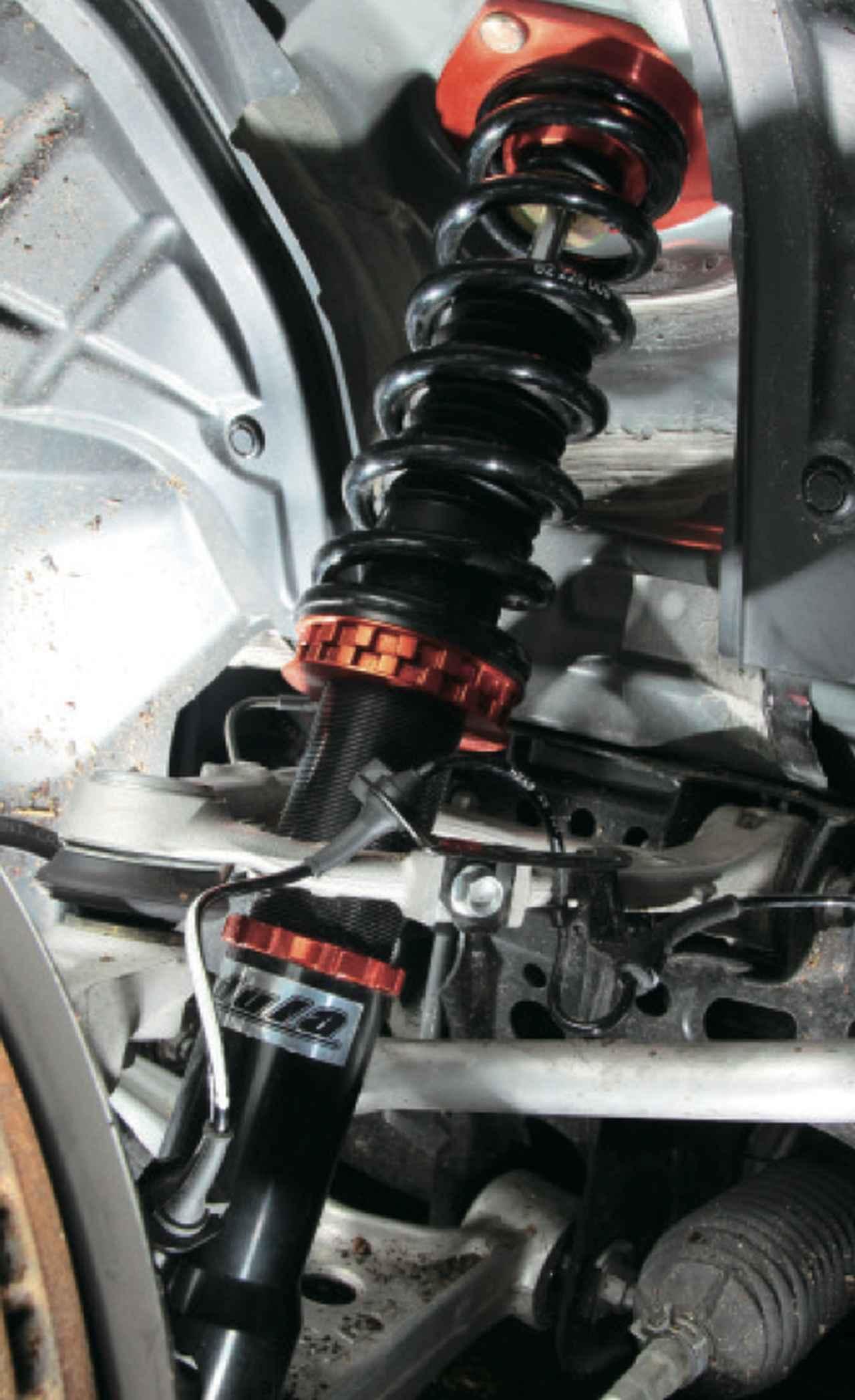"""画像1: 低価格を実現しながら、細部までこだわり抜いたオリジナル車高調の""""蹴脚""""。バネレートはフロント5㎏/㎜、リア3㎏/㎜に設定し、リアにはテンダースプリングを採用する。 www.motormagazine.co.jp"""