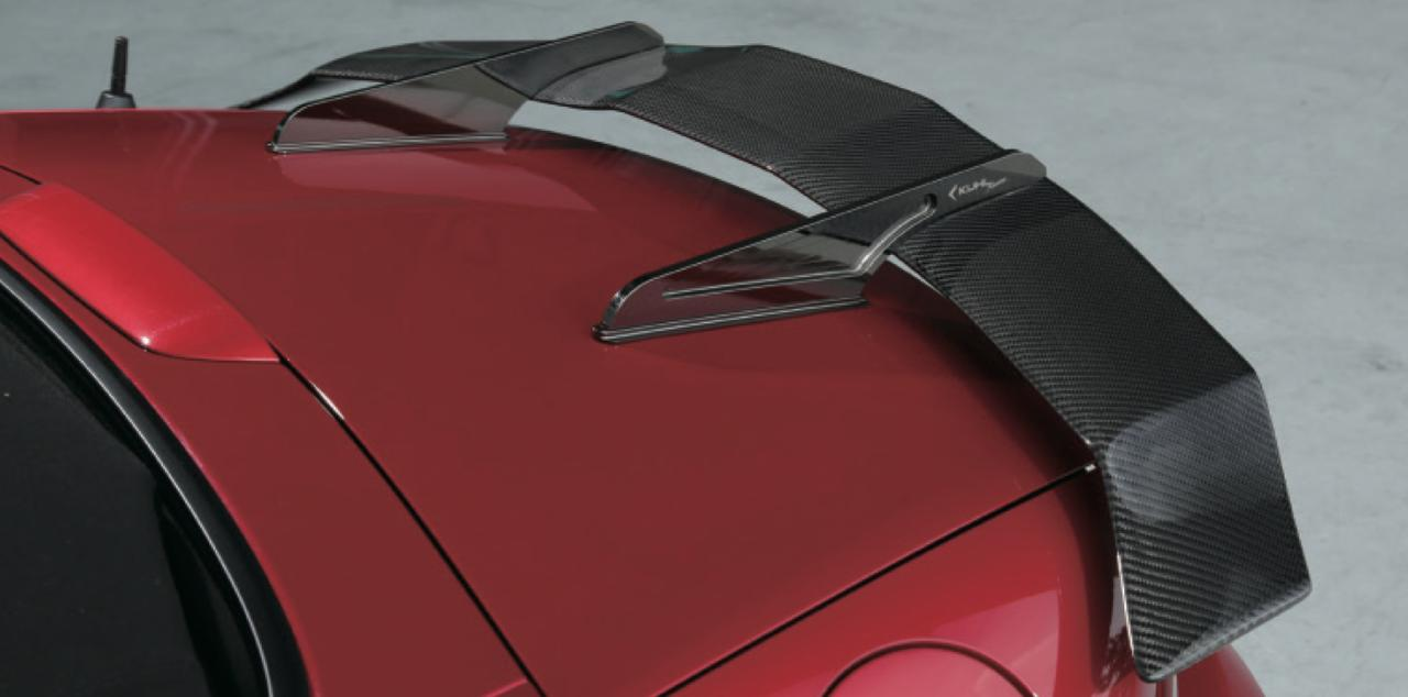 画像2: スワンネックGTウイングは高さではなく、デザインが目をひく。他に類を見ないデザインが独創的なフォルムを作っているのだ。 www.motormagazine.co.jp