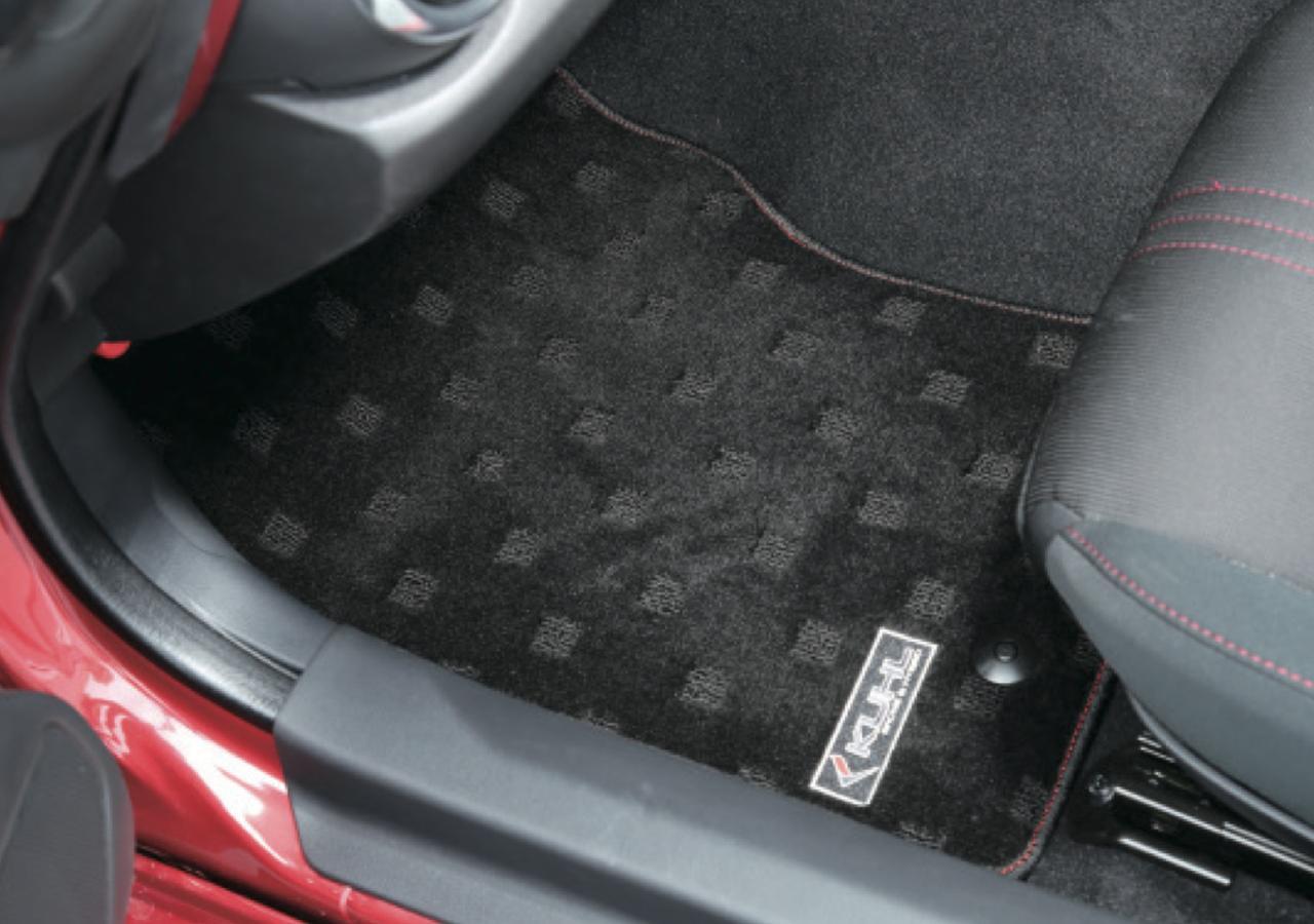 画像: フロアマットもラインアップしている。これはコンプリートカーを購入すると、標準装備としてセットされている。 www.motormagazine.co.jp