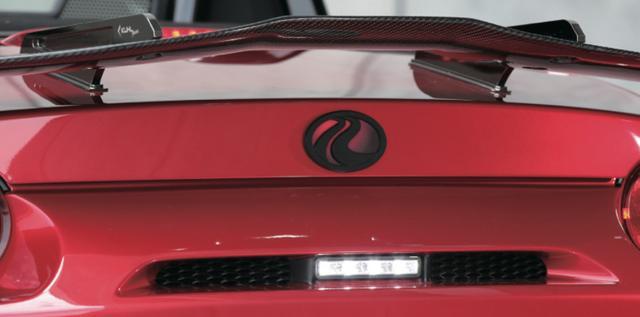 画像1: スワンネックGTウイングは高さではなく、デザインが目をひく。他に類を見ないデザインが独創的なフォルムを作っているのだ。 www.motormagazine.co.jp