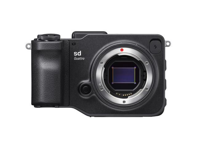 画像: sd Quattroのボディ正面。レンズマウントの中央に位置する撮像素子はシグマ独自のFoveonセンサー。