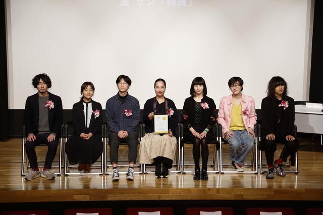 画像: 写真は今回の優秀賞受賞者の方々。中央が作品『物語』でグランプリを受賞した金サジさん。