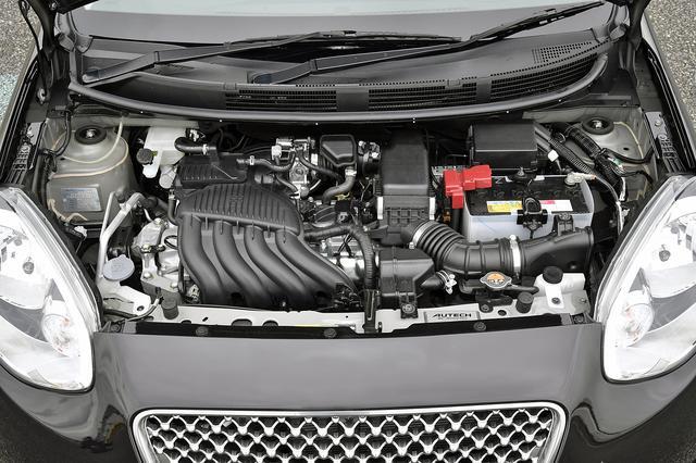 画像: 手組みされたとはいえ、エンジンの外観はノーマルと変わらない。エンジンルーム手前にもオーテックジャパンのエンブレムが付く。