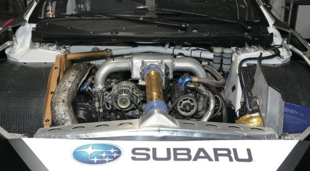 画像: 搭載されるEJ20型エンジンは、大型化されたタービンで武装。レースでは短い直線とタイトターンが連続するだけに、マシンには爆発的な瞬発力が求められる。600馬力のマシンの0-100㎞/h加速は2秒。まさにモンスターマシンだ。 www.motormagazine.co.jp