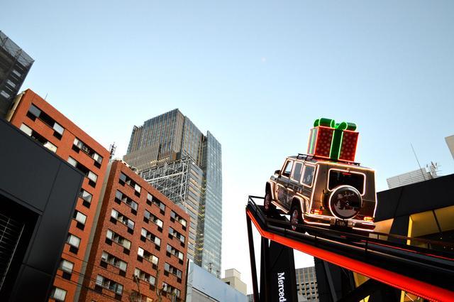 画像: クリスマス版マウンテンクライム。トナカイ&ソリに扮したGクラスが、六本木の空へテイクオフ!