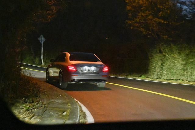 画像: Eクラスの車内から撮影した写真です。ハイビームで走行していますが、前方車両はまったく眩しくありません。