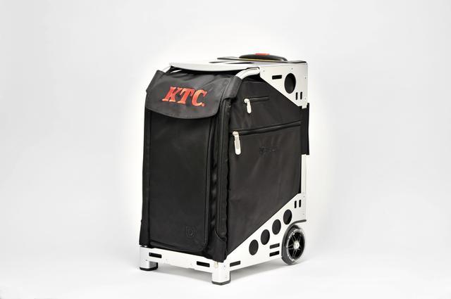 画像: フレームに守られたインサートバッグは、摩擦や引っ張りに強く、耐久性に富んだコーデュラナイロン製。