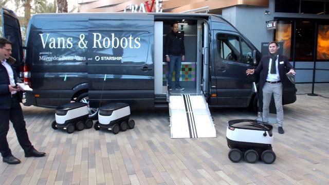 画像: Vans&Robots。メルセデスベンツスプリンター(日本未導入モデル)と組み合わせている。この小型ロボットいは10kgまでの荷物が積めるという。 www.youtube.com