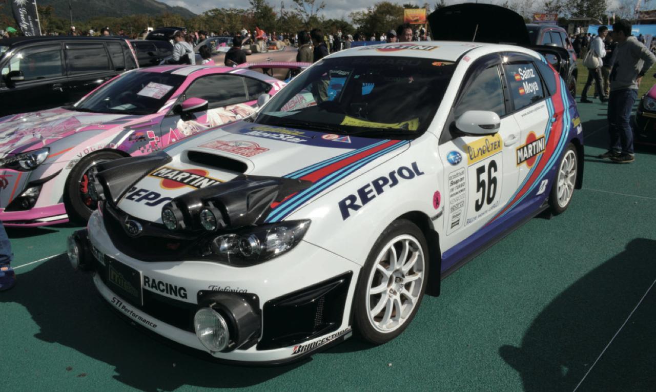 画像: GRB 型 WRX STIを精巧なマルティニレプリカに仕上げた「でろきち」さんの愛車。エントリーシートには「ファミリーカー !!」と力強くコメント が書いてあったけれど、ドライブでは目立っちゃってしかたなさそう。 www.motormagazine.co.jp