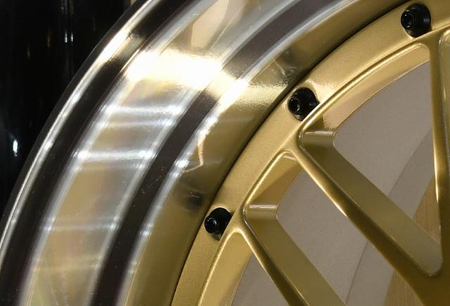 画像: ダイヤカットはあえて切削ラインを残すことで虹色の輝きが生まれるのが、特徴だ。