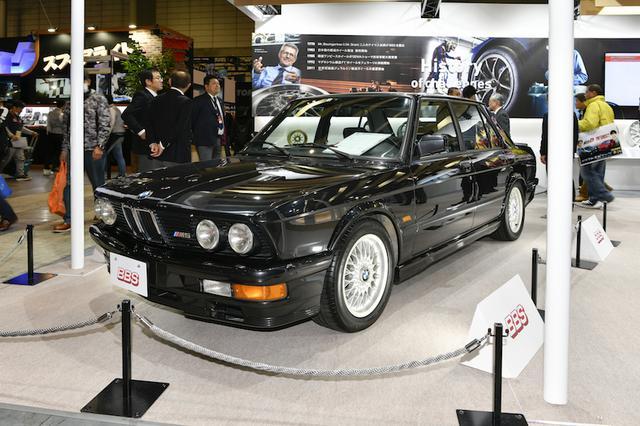 画像: BMWの初代M5は、ドイツ本国で製造されたBBSホイールが標準装着されていた。ただし鍛造ではなく、鋳造だ。